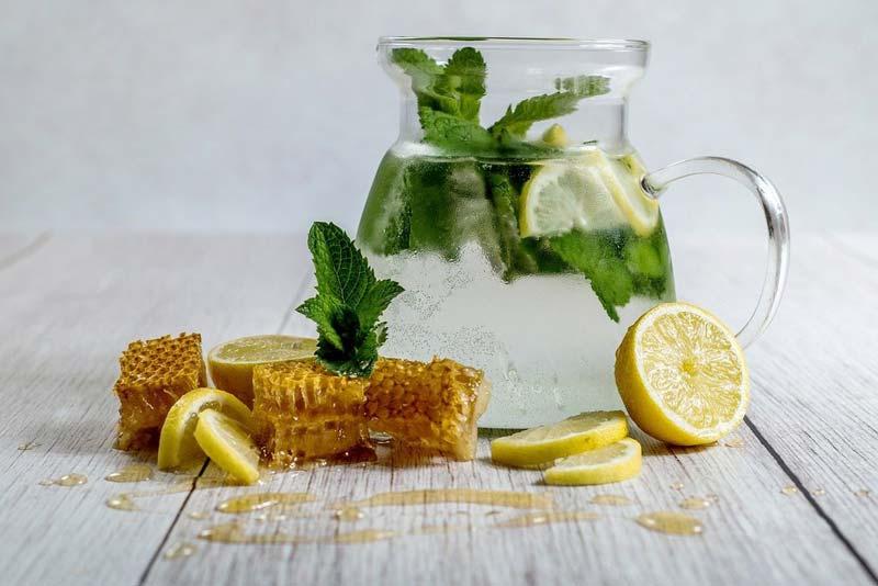 شربت عسل و آبلیمو از روزهای بسیار دور بهعنوان درمانی طبیعی در اکثر فرهنگها قابل توجه بوده است.