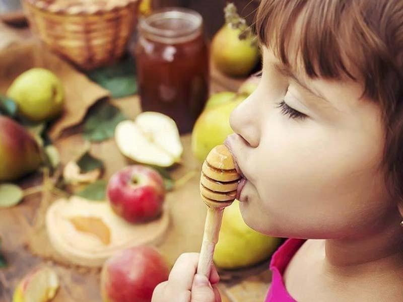 برای اینکه عضله، ماهیچه و استخوانهایی قوی برای کودک بسازین، از خواص عسل برای کودکان غافل نشین.