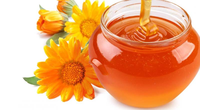 برای آبرسانی پوست، رفع خشکی مو، رفع التهابات پوست سر و هرگونه کمبود ویتامین میتوانید مقداری عسل طبیعی و ژل آلوئه ورا را با هم مخلوط و استفاده کنید.