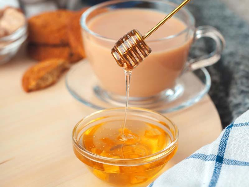 برای درمان عارضهها و آسیبهای مو از خواص عسل غافل نشوید.