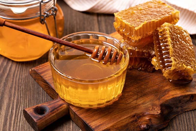 مصرف عسل در صبحانه و میانوعده حس نشاط و شادی به افراد میدهد.