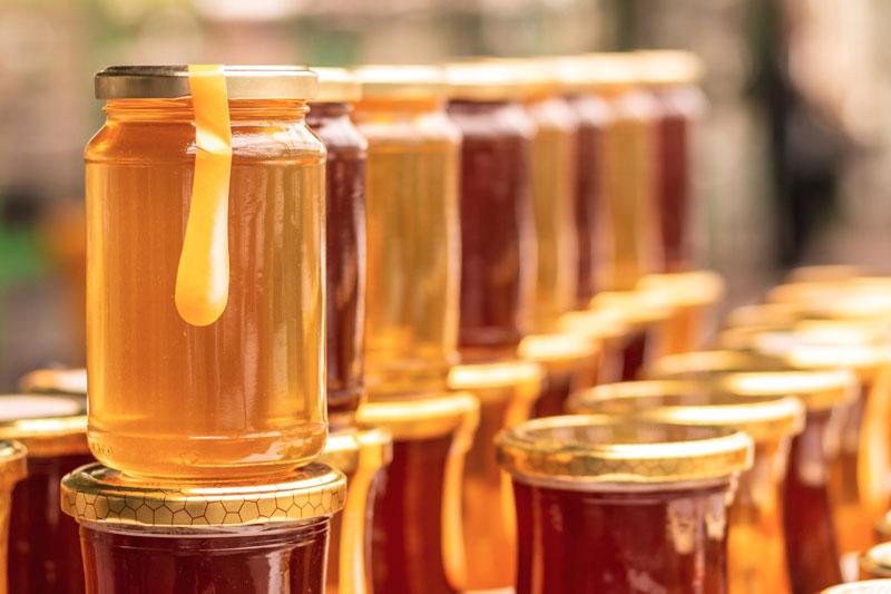 درمان بیماری های حلق و بینی با عسل با آرامکردن مجاری تحریکشده، جریان مخاط را بهبود میبخشد.