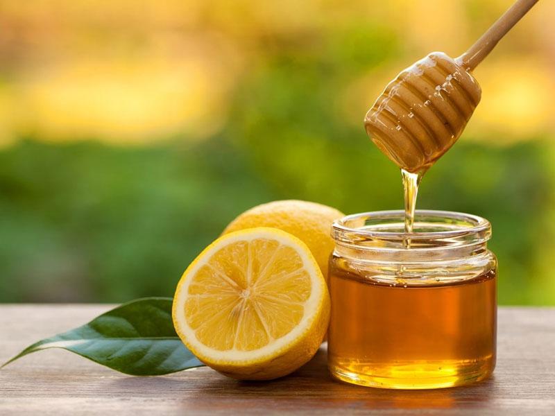 لیمو منبع خوبی از ویتامین C است که در کنار عسل به کمک تقویت سیستم ایمنی بدن می آید.