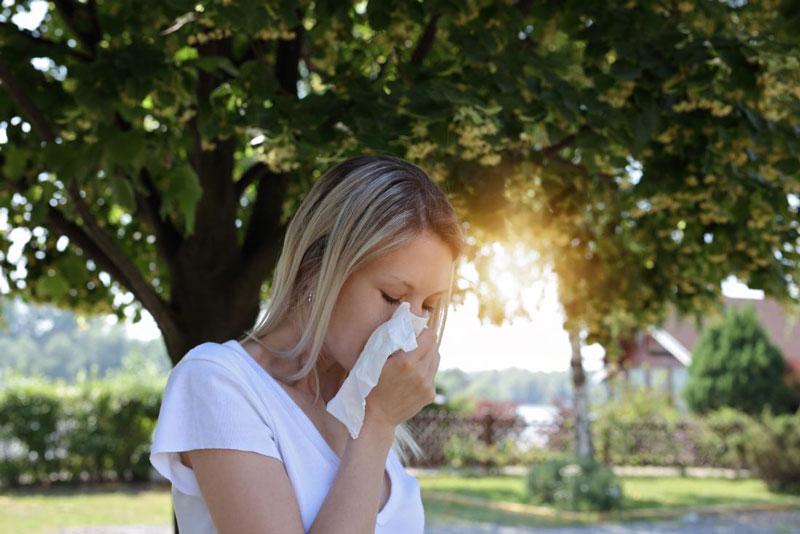 تقویت سیستم ایمنی، مبارزه با عوامل سرطانزا، ترمیم زخمها و درمان گلودرد تعدادی از مزایای شناخته شده عسل هستند.